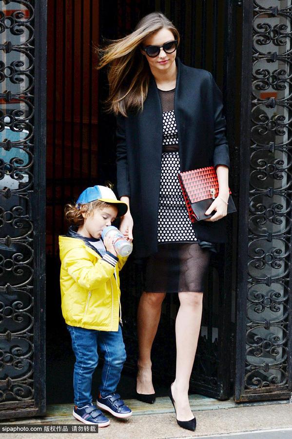 米兰达·可儿4月15日纽约街拍图片