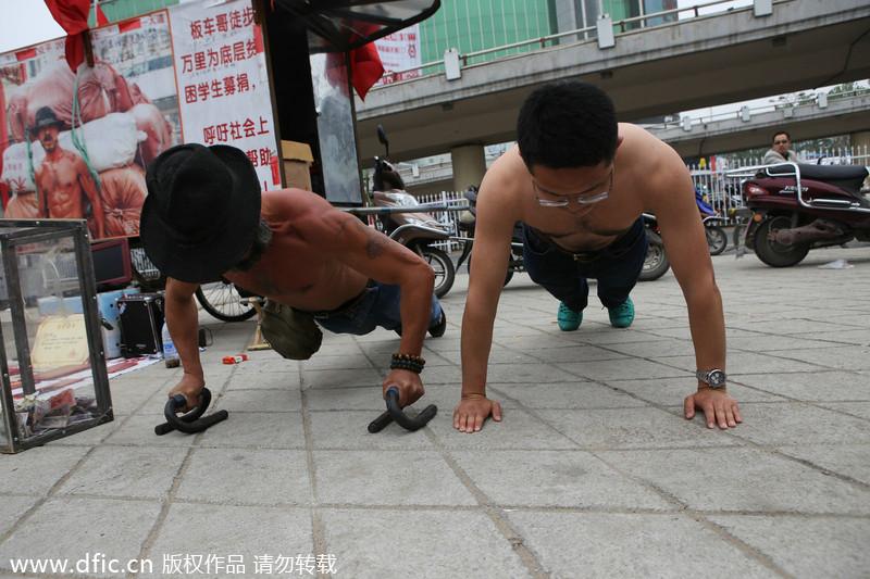 """武汉 严家满/武汉""""板车哥""""徒步万里募捐为学子圆梦(3/5)"""