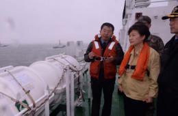 朴槿惠抵达事故海域 指示争分夺秒搜救失踪者