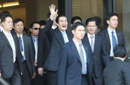 马英九演说遇反服贸群众抗议 微笑挥手以对