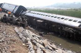 印度东北部特快列车出轨 超过50人受伤