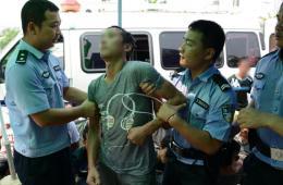 云南男子借泼水节猥亵妇女 被当场抓获