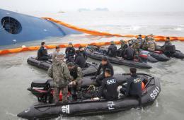 韩国海军海难救援队搜救沉没客轮失踪乘客