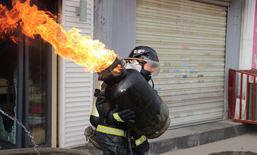 武汉消防员为救火抱蹿火煤气罐狂奔 震撼网友