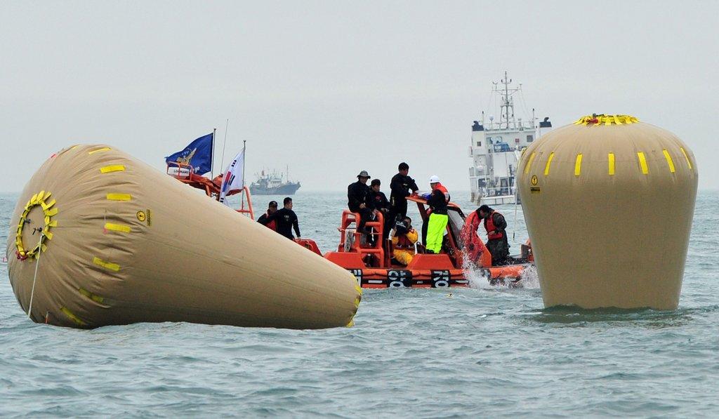 韩国救援人员使用巨型气囊阻止客轮继续下沉