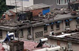 """南京城区楼顶冒出""""空中棚户区"""""""