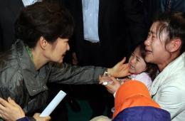 朴槿惠慰问沉船事故乘客家属 家属情绪激动