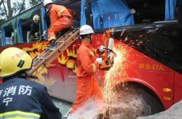 大客车广西境内与货车相撞致2死22伤