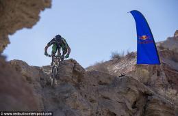 加拿大选手摄像机记录自行车赛惊险过程