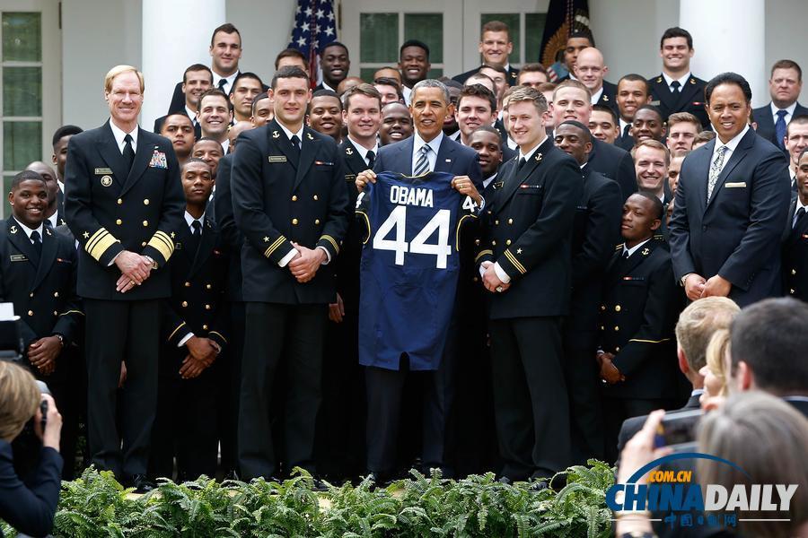 奥巴马授予美海军学院橄榄球队总司令奖杯