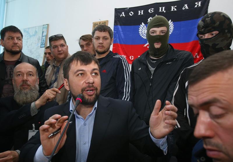 乌克兰十余市政府大楼被占 亲俄民众在里面看报纸