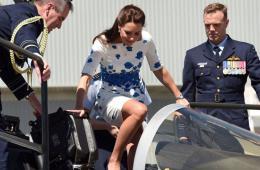 威廉凯特参观澳空军基地 凯特裙装试驾超级大黄蜂