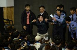 韩沉船失踪者家属不满搜救进展 挥拳打警察