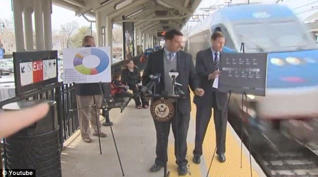 美国议员发表铁路安全演讲险被火车撞到