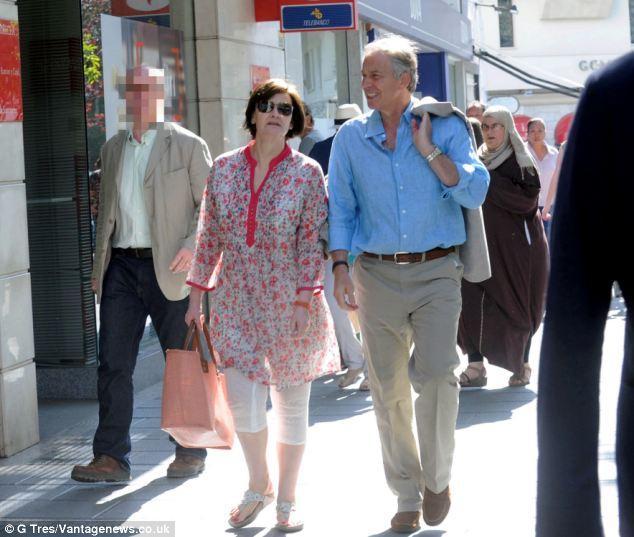 布莱尔被指与邓文迪偷情后 首次被拍到携妻度假