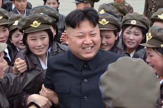 金正恩出席大会被女兵团团围住