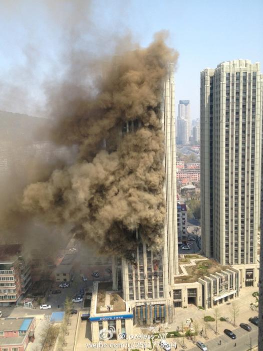 大连星海广场高楼起火 浓烟笼罩