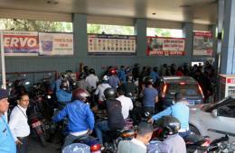 """尼泊尔首都闹""""油荒"""" 加油站爆棚"""