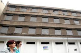 """济南一废弃居民楼水泥砖块封窗户 酷似""""碉堡"""""""