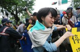 """""""独派""""团体企图冲入台""""立法院""""与警察冲突"""