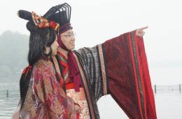 浙江杭州西子湖畔汉服婚礼抢眼球