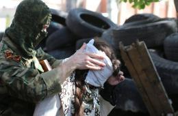 亲俄武装人员扣留一名乌克兰记者