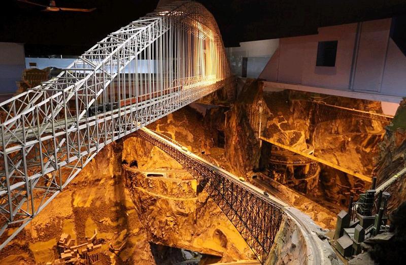 美一男子花16年建世界最大铁路模型 被赞世界奇观
