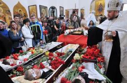 乌克兰民众为枪战遇难者举办葬礼