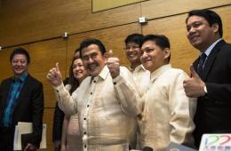 菲律宾马尼拉市长就人质事件道歉后竖大拇指