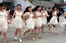 安徽高校学子穿婚纱拍创意毕业照