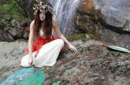 世界地球日女大学生原始森林手绘地球