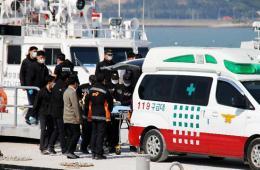 韩国集中搜救沉船客舱 死难者逾百