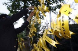 韩国国民系黄丝带为失踪乘客祈福