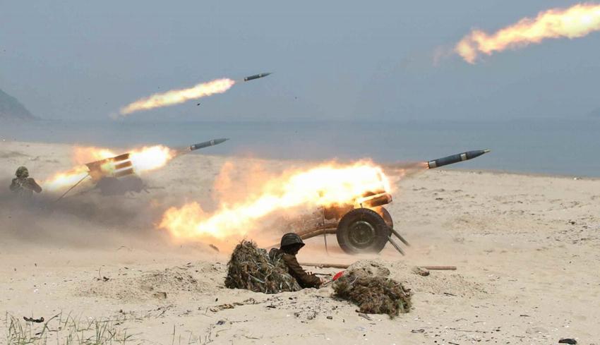 高清:金正恩视察女子火箭炮部队 炮群对海齐射