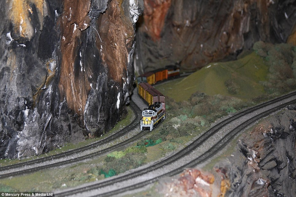 牛人耗时16年手工打造世界最大铁路模型(视频+多图)