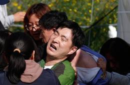 """韩国""""岁月""""号受害者家属痛殴韩政府官员"""