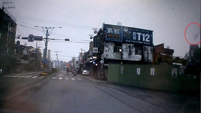 行车纪录器拍下台军阿帕奇坠毁民宅前最后身影