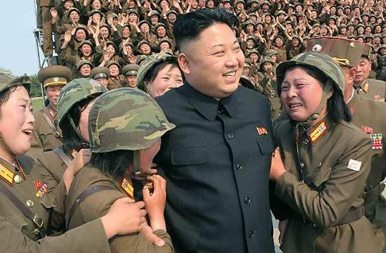 金正恩视察指导女兵发射火箭弹