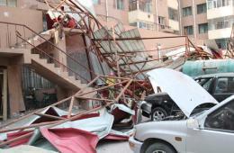 哈尔滨一楼房房盖被大风吹落 近十车被砸
