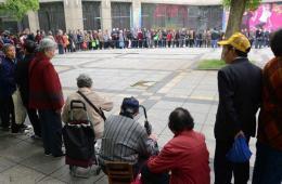 江西数百老人为领10元代金劵排队近5小时