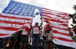 """菲律宾民众撕毁自制""""星条旗"""" 抗议奥巴马访问计划"""