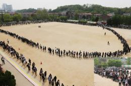 韩国民众排长队悼念沉船事故死难者场面壮观