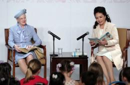 彭丽媛和丹麦女王共同为两国儿童读安徒生童话