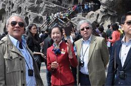 驻华外交官一行参访洛阳龙门石窟 赞叹其壮观