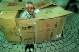 实拍日本地铁站流浪者生活:纸箱为家秩序井然