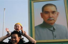 孙中山巨幅画像亮相天安门广场 迎接五一国际劳动节