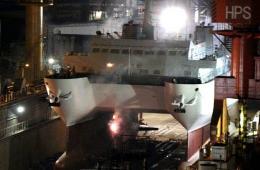 中国自研双体船深夜下水