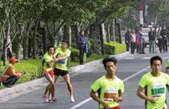 男子跑步比赛途中同一地点两次被打 仍夺亚军