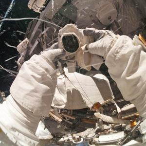 宇航员太空自拍抱憾胳膊短