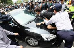 """台反核民众包围""""立委""""座车 爆发严重肢体冲突"""